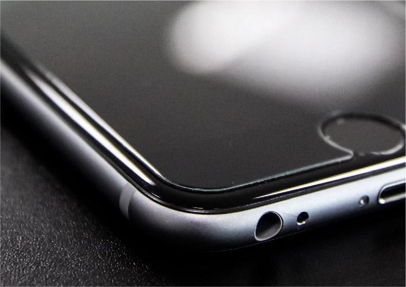 iPhoneのラウンドされた強化ガラスのクローズアップ