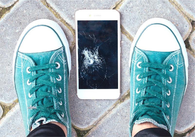地面に落下して割れてしまったスマートフォンのガラス