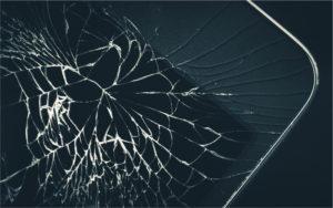ガラスが割れたスマートフォン