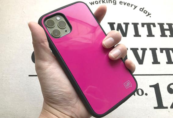 iPhone11Pro アイジョイのフューシャピンクを装着して手に持つ